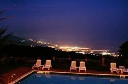 """Panorama notturno dalla piscina dell'Agriturismo """"La Gardenia"""""""