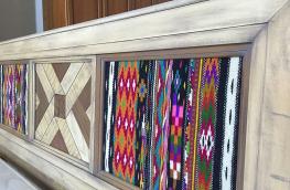 Realizzata in legno massello di tiglio.  Decorata con filati tessuti a mano, legni pregiati e pietre naturali