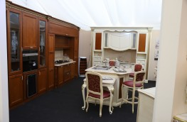 Cucina  Mod: Imperial  in Ciliegio  massello con intagli ed intarsi  Luxury